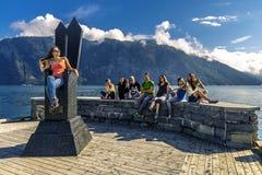 Les jeunes appréciant le jour ensoleillé sur le fjord, Norvège Photo stock