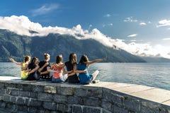 Les jeunes appréciant le jour ensoleillé sur le fjord, Norvège Image libre de droits
