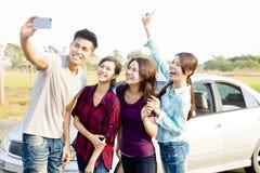 Les jeunes appréciant le voyage par la route et faisant le selfie Images stock