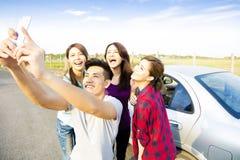 Les jeunes appréciant le voyage par la route et faisant le selfie Photos libres de droits