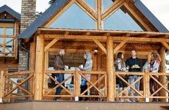 Les jeunes appréciant sur la terrasse en bois Photographie stock libre de droits