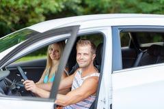 Les jeunes appréciant une promenade en voiture dans la voiture Photos libres de droits
