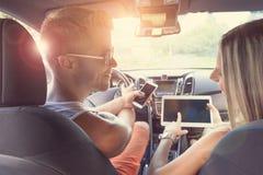 Les jeunes appréciant une promenade en voiture dans la voiture Images libres de droits