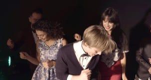 Les jeunes apprécient la nuit dans le club de disco banque de vidéos