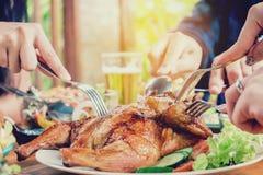 Les jeunes asiatiques d'amis de groupe font la fête et mangeant l'enj heureux de nourriture Photo stock