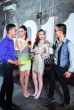 Les jeunes asiatiques font la fête des couples buvant des cocktails dans le club image stock