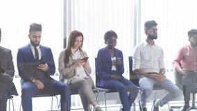 Les jeunes attirants divers utilisant des téléphones portables clips vidéos