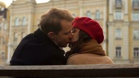 Les jeunes attirants embrassant pour la première fois, l'atmosphère romantique, automne Image stock