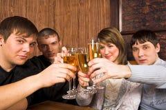 Les jeunes au restaurant photos stock