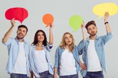 Les jeunes avec des bulles de la parole Images libres de droits