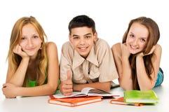 Les jeunes avec des livres Images libres de droits