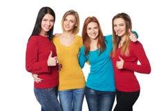 Les jeunes avec des pouces vers le haut Photo libre de droits