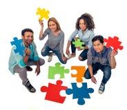 Les jeunes avec des puzzles Photo stock