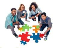 Les jeunes avec des puzzles Image stock