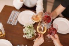 Les jeunes avec des verres de vin délicieux Images stock
