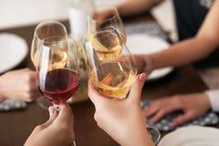 Les jeunes avec des verres de vin délicieux Images libres de droits