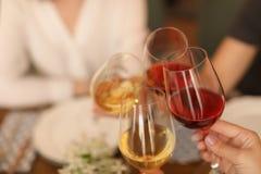 Les jeunes avec des verres de vin délicieux Image libre de droits
