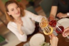 Les jeunes avec des verres de vin délicieux Photos libres de droits