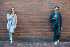 Les jeunes avec la crème glacée  Image stock