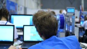 Les jeunes avec la technologie Logement de maison d'étudiant Part plate avec des adolescents ou de jeunes adultes utilisant numér