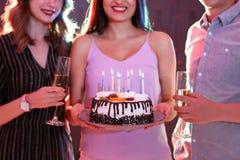 Les jeunes avec le gâteau d'anniversaire dans la boîte de nuit Photo libre de droits