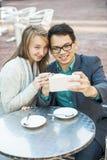 Les jeunes avec le smartphone en café Photo libre de droits