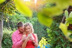 Les jeunes avec le téléphone portable Photo stock