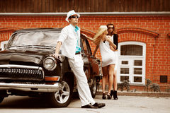 Les jeunes avec un rétro véhicule. Photos libres de droits