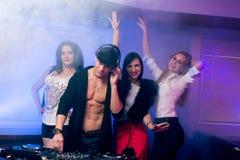Les jeunes ayant l'amusement à la boîte de nuit Photo libre de droits