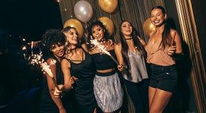 Les jeunes ayant l'amusement à la disco Image stock