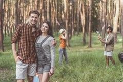 Les jeunes ayant l'amusement dans la forêt Images libres de droits