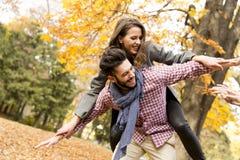 Les jeunes ayant l'amusement dans le parc d'automne Photos stock
