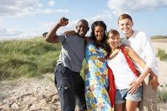 Les jeunes ayant l'amusement sur la plage ensemble Images libres de droits