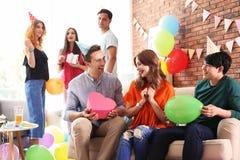 Les jeunes ayant la fête d'anniversaire Photo stock