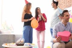 Les jeunes ayant la fête d'anniversaire dans la chambre décorée Photo libre de droits