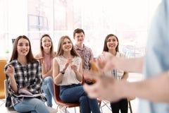 Les jeunes ayant la formation d'affaires photos libres de droits