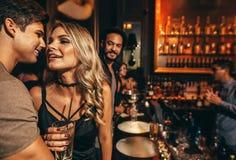 Les jeunes ayant le grand temps au bar Photographie stock libre de droits