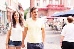 Les jeunes ayant un beau jour dans la ville images libres de droits
