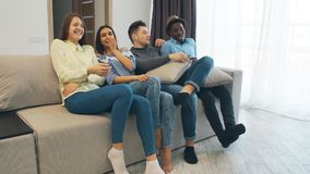 Les jeunes ayant une vie sociale ensemble et ayant l'amusement Logement de maison d'étudiant Part plate avec des adolescents ou d banque de vidéos