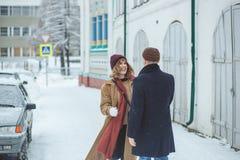 Les jeunes beaux amants de couples étreignant, riant et a un horaire d'hiver d'amusement dans une ville d'hiver de neige Vacances Image stock