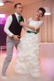 Les jeunes beaux couples élégants heureux sur le fond verdissent l'orphie Photos stock