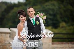 Les jeunes beaux couples élégants heureux sur le fond verdissent l'orphie Photographie stock