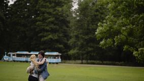 Les jeunes beaux couples ont l'amusement dans un parc en été Dater romantique ou lovestory clips vidéos