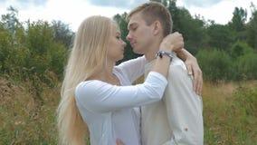 Les jeunes beaux couples vont se rencontrer Ils embrassent et embrassent tendrement banque de vidéos