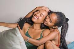 Les jeunes belles soeurs ou amies asiatiques heureuses couplent le smilin photographie stock libre de droits