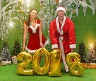 Les jeunes bien disposés sous forme de snowgirl et Santa Cla Photos libres de droits