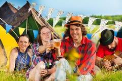 Les jeunes buvant au festival d'été Photos libres de droits