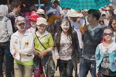 Les jeunes célèbrent Lao New Year dans Luang Prabang, Laos Image libre de droits