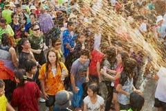 Les jeunes célèbrent le festival traditionnel de Songkran à la rue Images libres de droits