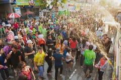 Les jeunes célèbrent le festival traditionnel de Songkran à la rue Photo stock
